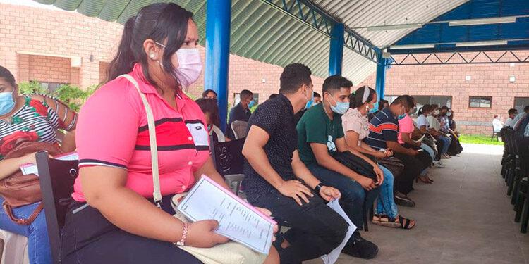 Miles de pobladores de Choluteca y alrededores llegaron al Empleatón, con su hoja de vida en mano.