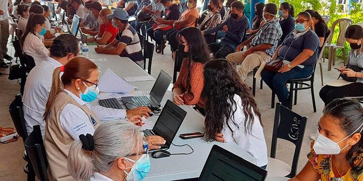 """Miles de sureños, hombres y mujeres, participaron en la feria """"Empleatón"""", en busca de una oportunidad de trabajo en los próximos meses."""