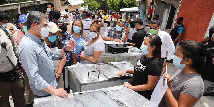El Presidente Juan Orlando Hernández entregó los beneficios sociales a los emprendedores de la colonia Tres de Mayo.