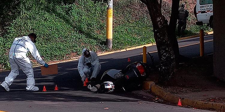 Equipos de la DPI realizan las pesquisas sobre la muerte del motociclista.