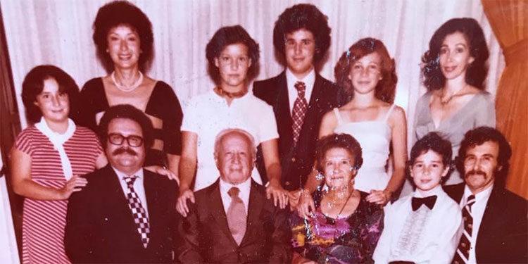 """Familia Goldstein. Foto tomada en 1973. En el centro sentados don Boris Goldstein y doña """"Gucha""""."""
