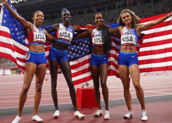 Las estadounidenses Allyson Felix, Athing Mu, Dalilah Muhammad y Sydney Mclaughlin, desde la izquierda, celebran tras ganar la medalla de oro en la final del relevo 4x400 de los Juegos Olímpicos de Tokio, el sábado 7 de agosto de 2021. (AP Foto/Charlie Riedel).