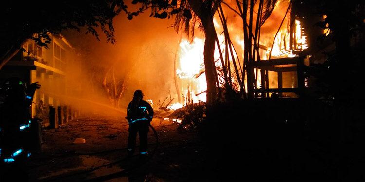 Cuando los bomberos llegaron el fuego se encontraba desbordado en el inmueble de dos plantas.