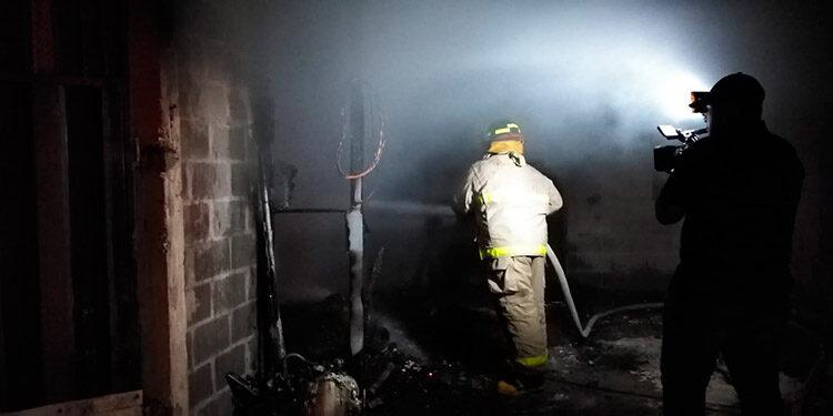Las llamas iniciaron por causas no establecidos en uno de los apartamentos y rápido se extendieron en cinco habitaciones.