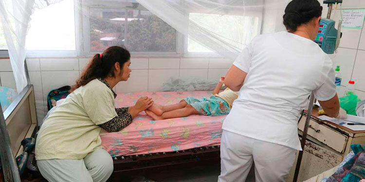 Unos siete menores son atendidos diariamente en el Materno Infantil por dengue, mientras seis permanecen hospitalizados.