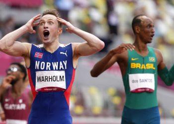 El noruego Karsten Warholm celebra después de ganar la medalla de oro con récord mundial en los 400 metros con vallas, el martes 3 de agosto de 2021, en Tokio. (AP Foto/Martin Meissner)