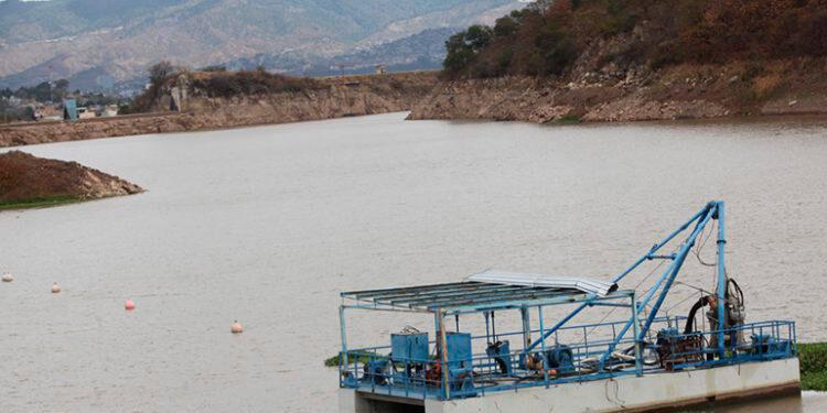 Los racionamientos de agua continúan en la capital, debido al bajo nivel de almacenamiento de la represa Los Laureles.