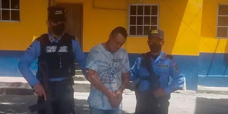 La Policía Nacional capturó al supuesto parricida cuando trataba de escapar por un callejón de la colonia Brisas del Sur.