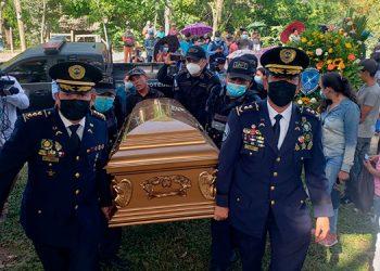 Los restos del agente policial ayer fueron despedidos por sus cercanos parientes y compañeros de la institución policial.