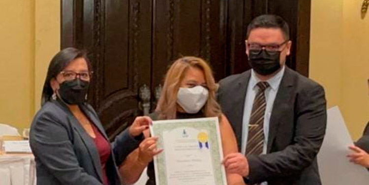 La comisionada del IAIP, Ivonne Ardón, entregó el reconocimiento a los abogados Loany Alvarado (subdirectora de fiscales), y Gerson Alonzo, oficial de información pública del MP.