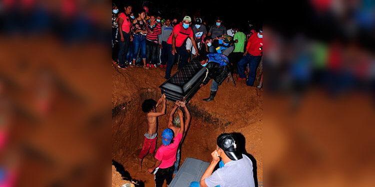 Al múltiple entierro asistieron gran cantidad de conocidos, familiares y amigos de las cuatro personas de San Jerónimo que fueron ultimadas.