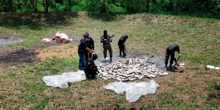 El proceso de quemar los alcaloides estuvo a cargo de la Policía Nacional Antidrogas y Policía Militar del Orden Público (PMOP).