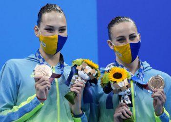 Las ucranianas Marta Fiedina y Anastasiya Savchuk muestran sus medallas durante la ceremonia de premiación de nado sincronizado, el miércoles 4 de agosto de 2021, en Japón. (AP Foto/Alessandra Tarantino)