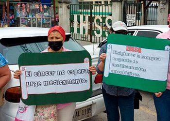 Pacientes oncológicos realizaron una manifestación para exigir la dotación de medicamentos en el IHSS de San Pedro Sula y Tegucigalpa.