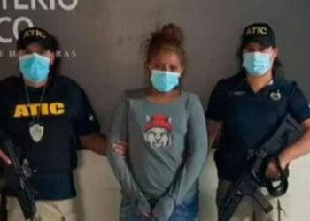 La joven, Yesenia Alvarenga, es acusada por la Fiscalía Especial de Delitos Contra la Vida por el asesinato y entierro clandestino de una persona.
