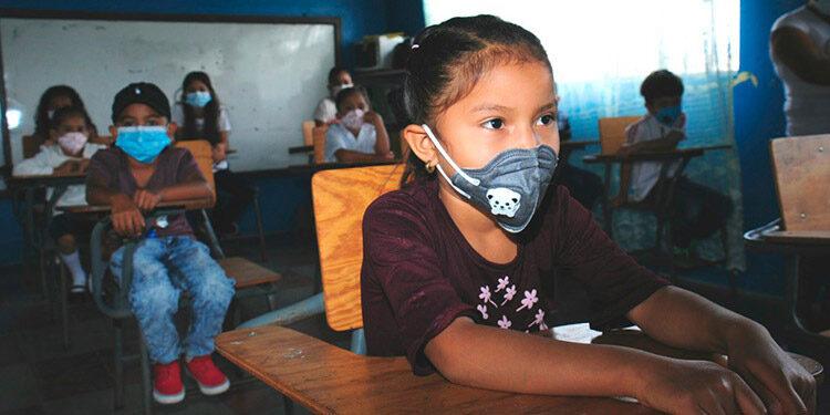 Los estudiantes deben acatar el cumplimiento de cada una de las medidas de bioseguridad para ingresar a los centros educativos.