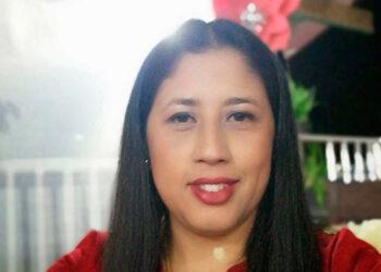 La profesora Luz Marbelli Osorio Soto visita a los alumnos que no tienen internet, para que no pierdan el año escolar.