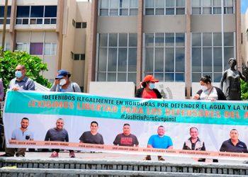Manifestantes se apostaron frente a la CSJ, con una manta con la fotografía de los ocho defensores del medioambiente que están presos.