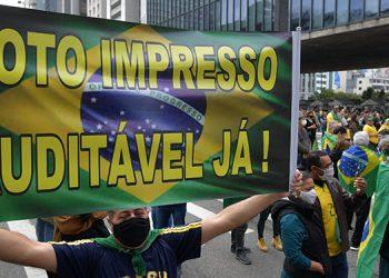 Miles de brasileños se movilizaron para reivindicar el voto impreso auditable como complemento del actual sistema de votación electrónica y en apoyo a Bolsonaro.   (LASSERFOTO AFP)