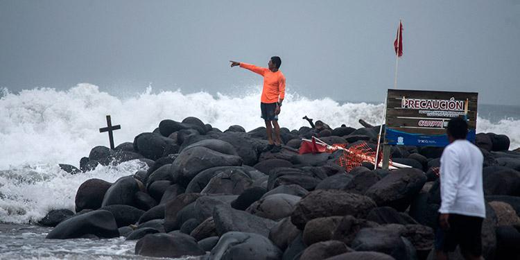 El huracán Grace se fortaleció en el Golfo de México mientras se acerca al Estado mexicano de Veracruz, donde autoridades se preparan para su impacto. (LASSERFOTO AFP)