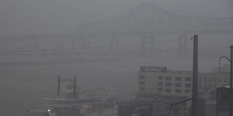 El poderoso huracán Ida, que tocó tierra el domingo en Luisiana con vientos sostenidos de 195 kilómetros por hora, ligeramente más lentos que cuando tocó tierra en Port Fouchon, Luisiana, a unos 160 kilómetros al sur de Nueva Orleans. (LASSERFOTO  AFP)