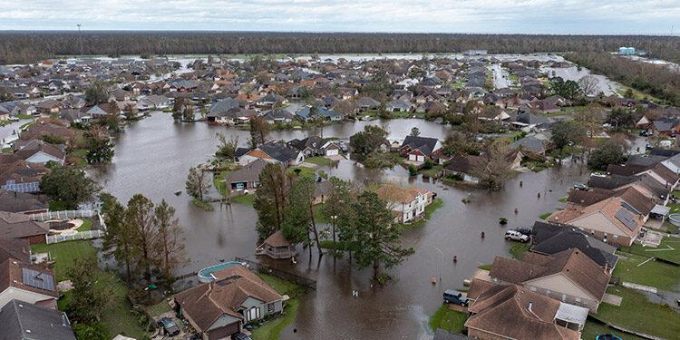 Las calles y casas inundadas en la subdivisión Spring Meadow en LaPlace, Luisiana, después que el huracán Ida causara daños con categoría cuatro. (LASSERFOTO AP)