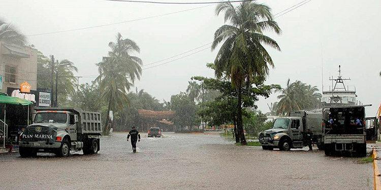 Un menor español murió y una mujer está desaparecida en el estado mexicano de Jalisco por el paso del ciclón Nora. (LASSERFOTO EFE)