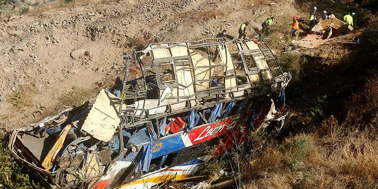 Al menos 32 personas murieron y otras veinte resultaron heridas tras caer a un precipicio un ómnibus de pasajeros que viajaba hacia Lima. (LASSERFOTO  EFE)