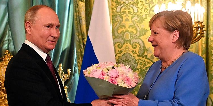 Putin y Merkel. (LASSERFOTO AFP)