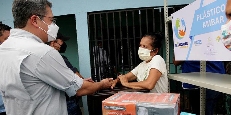 El Presidente Juan Orlando Hernández entregó los beneficios sociales a los pobladores, que lo recibieron con alegría.