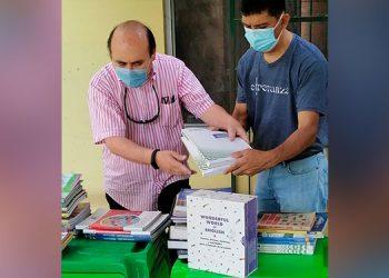 """El profesor Melvin Martínez entregó un lote de libros a la Fundación """"Melodías de Esperanza"""", en Siguatepeque, Comayagua."""