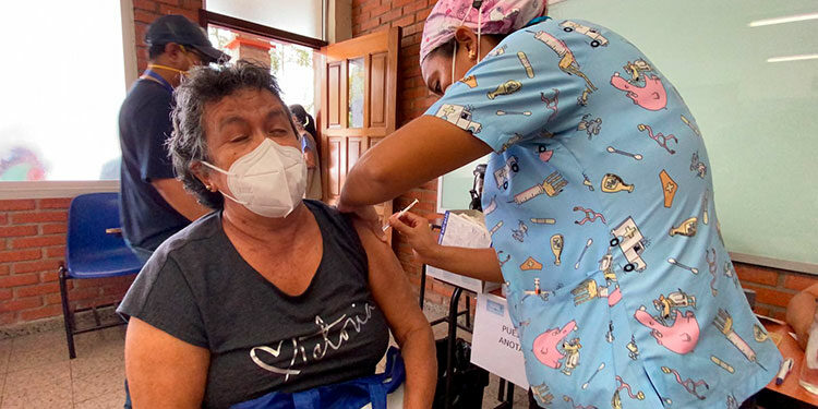 Miles de sampedranos se aplicaron ayer sus segundas dosis de las vacunas Moderna y Sputnik V.