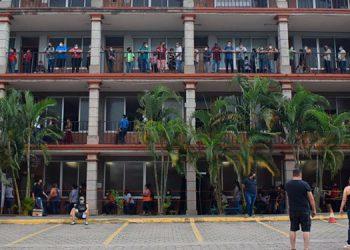 Miles de personas llegaron a vacunarse a las instalaciones de la Universidad Católica, en San Pedro Sula.
