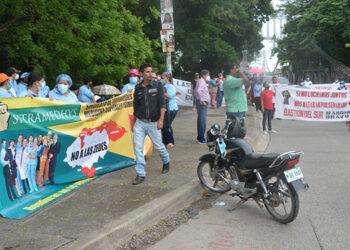 Al extremo sur del puente de hierro se apostaron los manifestantes, que estuvieron un par de horas durante su protesta.