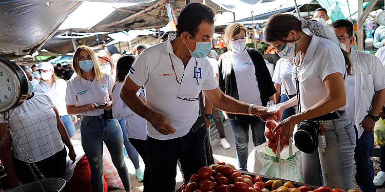 Salvador Nasralla en Feria del Agricultor, reconoció que le quedan muchos obstáculos.