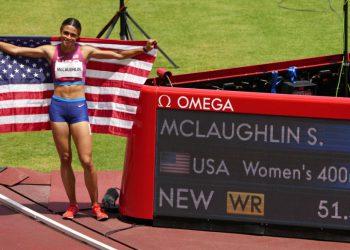 La estadounidense Sydney Mclaughlin celebra después de ganar la medalla de oro e imponer récord mundial en la final de los 400 metros con vallas, el miércoles 4 de agosto de 2021, en Tokio. (AP Foto/Charlie Riedel)