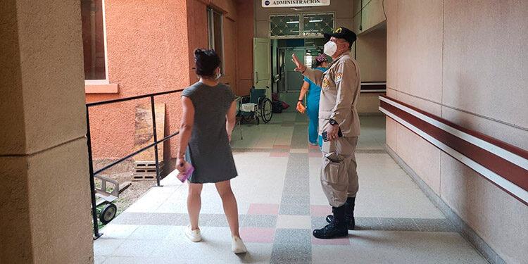 Miembros del Cuerpo de Bomberos supervisaron algunos inmuebles ante posibles daños causados por el temblor.