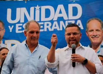 """Los candidatos nacionalistas a la Presidencia y a la municipalidad capitalina, Nasry """"Tito"""" Asfura (""""Papi a la Orden"""") y David Chávez Madison, recibieron las certificaciones de la Unidad de Política Limpia."""