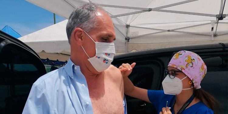 """""""Hay que venir a vacunarse, la segunda dosis es importante"""", dijo 'Tito' Asfura en el Campo de Parada Marte."""