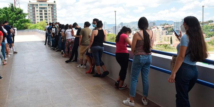 Desde tempranas horas, los jóvenes hacían fila en el Polideportivo de la UNAH para inocularse.
