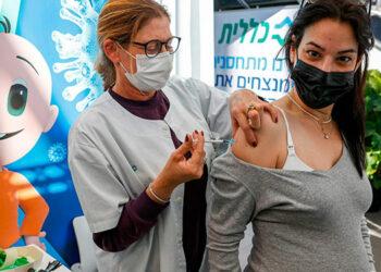 Autoridades de Salud han formulado constantes llamados a las mujeres en gestación para que se vacunen contra el coronavirus.