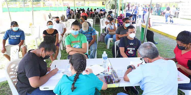 """""""Pierdan el miedo, porque primero es la salud nuestra y la de nuestras familias"""", manifiesta Luis Arnulfo Midence después de vacunarse."""
