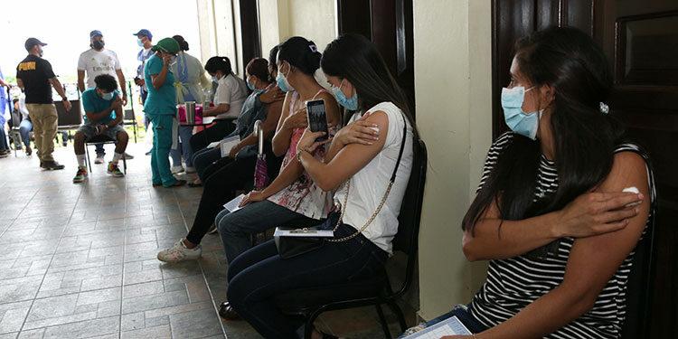 Los pobladores de la aldea de Catulaca, en Gracias, Lempiras, acudieron de forma masiva a aplicarse su vacuna anticovid.