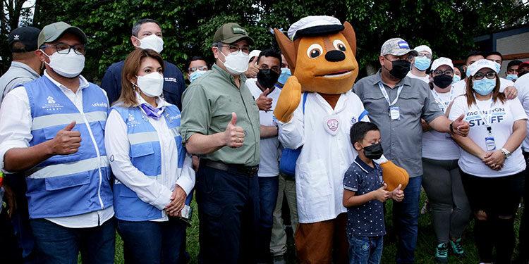 El Presidente Juan Orlando Hernández felicitó al personal de Salud por la excelente labor realizada en el Vacunatón de la zona occidental.