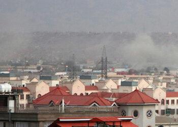 Humo de la explosión frente al aeropuerto internacional Hamid Karzai, en Kabul, Afganistán. EFE