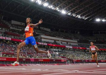 La holandesa Sifan Hassan al ganar los 10.000 metros de los Juegos Olímpicos de Tokio, el sábado 7 de agosto de 2021. (AP Foto/David J. Phillip)