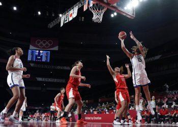 La estadounidense Brittney Griner dispara sobre la japonesa Monica Okoye durante la final del torneo olímpico de baloncesto femenino, el domingo 8 de agosto de 2021, en Saitama, Japón. (AP Foto/Eric Gay)