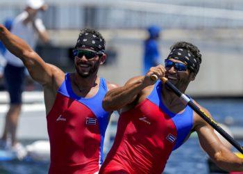 Serguey Torres Madrigal y Fernando Dayan Jorge Enriquez, de Cuba, celebran después de competir en canoa doble de 1.000 metros, el martes 3 de agosto de 2021, en Tokio. (AP Foto/Lee Jin-man)