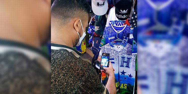 """Las ventas a través de las redes sociales se incrementaron con los emprendimientos """"online"""", a raíz del confinamiento por la pandemia desde el año pasado."""