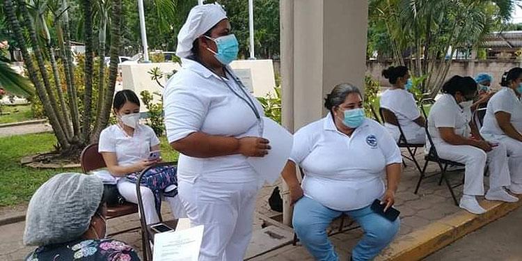 Enfermeras de brazos caídos en repudio a maltrato que denuncian por parte de las autoridades del hospital San Francisco.